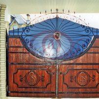 Кованые ворота в сочетании с деревом