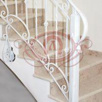 Кованое ограждение лестницы с боковым крепежём