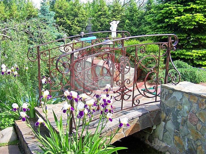 Кованое ограждение декоративного мостика