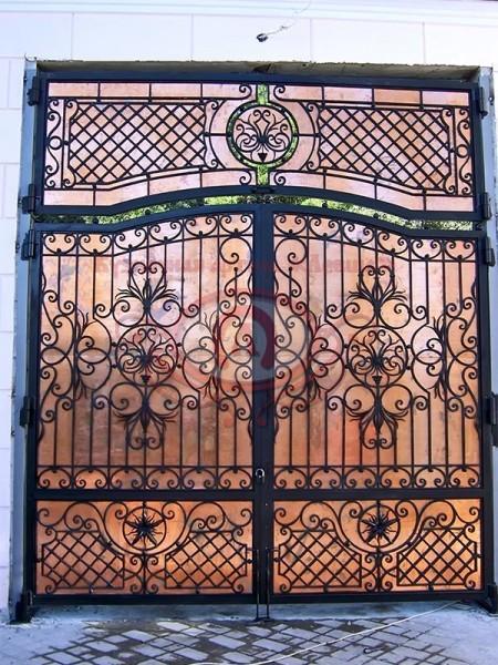 Распашные кованые ворота закрытые медным листом