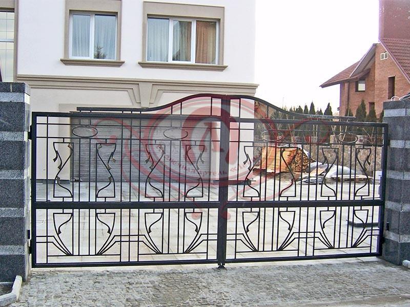 Распашные кованые ворота с электроприводом