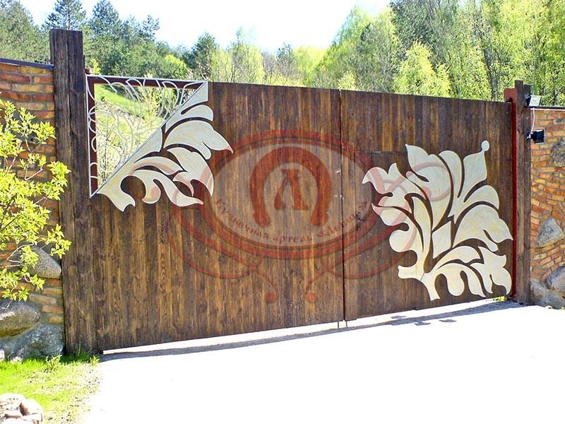 Откатные деревянные ворота с металлическим декором