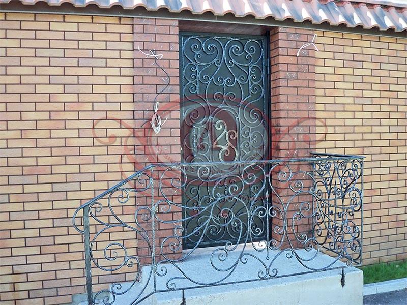 Дверь декорированная художественной ковкой