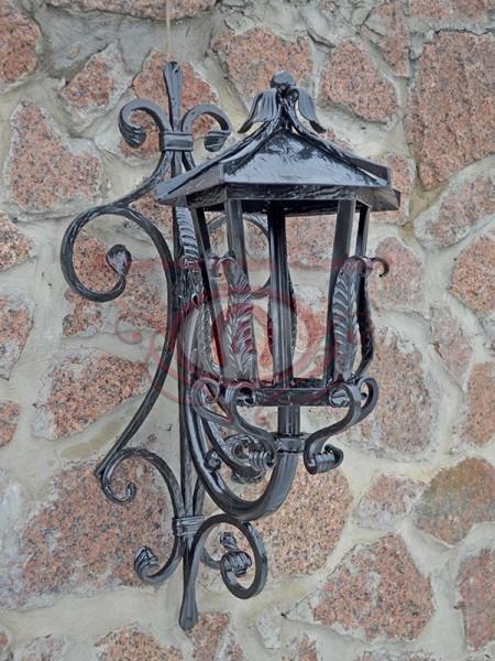 Кованый фонарь с кранштейном