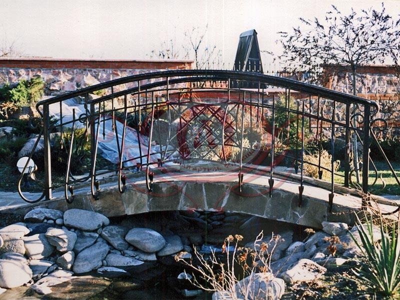 Кованое ограждение мостика