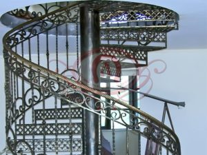 Кованое лестничное ограждение винтовой лестницы