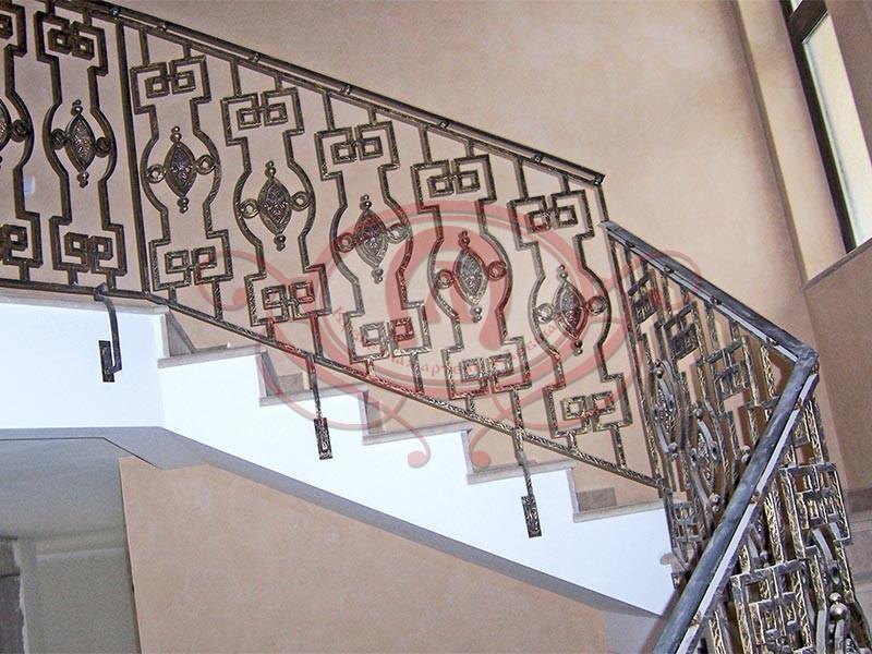 Кованое ограждение лестницы с бронзовыми медальёнами