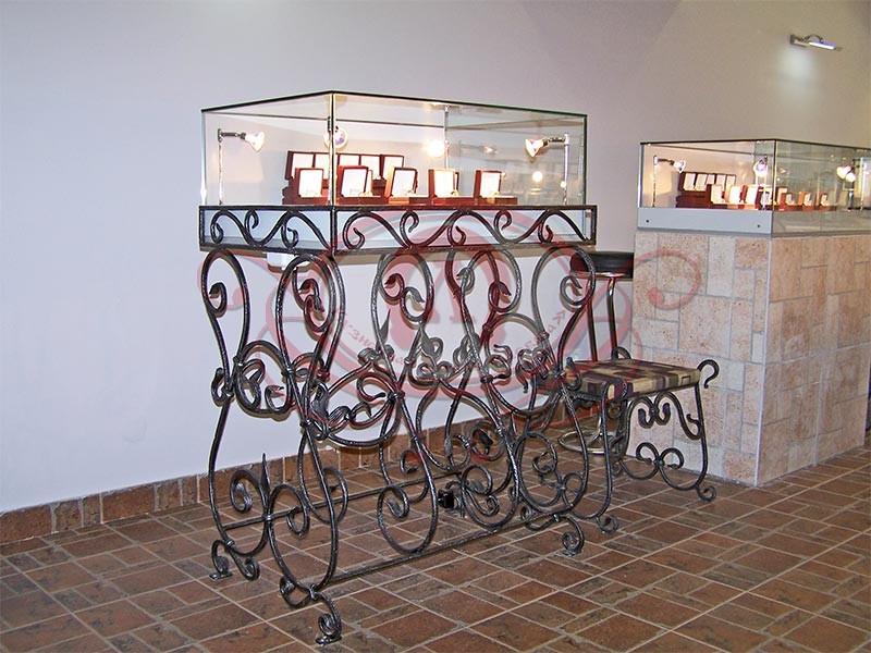 кованая витрина для ювелирных изделий