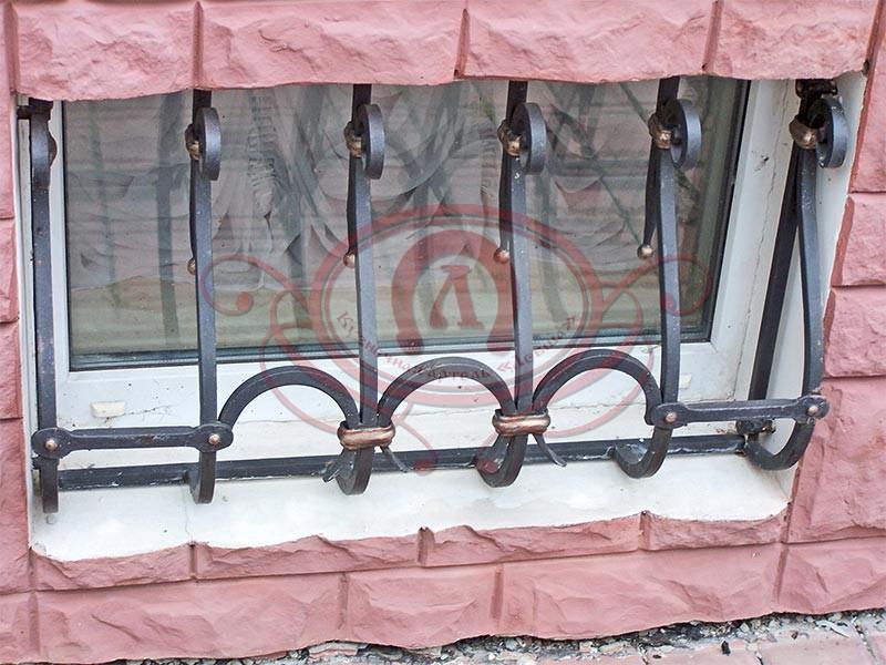 Кованая решётка на подвальное окно
